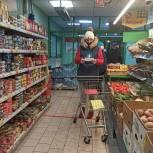 В Королеве волонтёры оперативного штаба принесли пенсионерке продукты питания