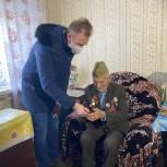 В Пензе волонтеры передали слуховой аппарат участнику Великой Отечественной войны