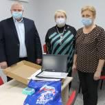 Депутат областной Думы передал ноутбук Мурминской школе