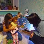 Единороссы продолжают исполнять новогодние желания детей