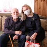 Светлана Ворнакова поздравила ветерана с Днем защитника Отечества