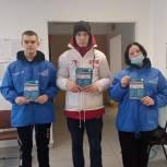 Молодогвардейцы помогают жителям Осинников записываться на прививку от COVID-19