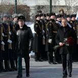 Дмитрий Медведев возложил цветы к могиле Неизвестного солдата в Александровском саду