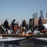 Единороссы и молодогвардейцы Москвы возложили цветы к Вечному огню в Парке Победы