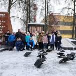 Электростальские единороссы очистили от снега мемориал
