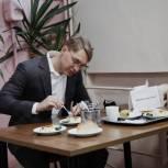 Сергей Двойных проверил горячее питание в школе №4 посёлка Лоза