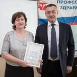 Виктор Пинский наградил приморских медиков за труд в период пандемии