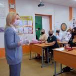 Ольга Тимофеева наградила благодарственными письмами ставропольских педагогов