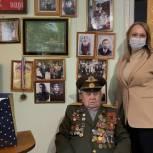 Елена Кожухина поздравила подшефного ветерана ВОВ с Днём защитника Отечества