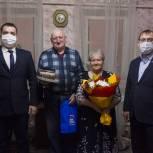 Тобольские единороссы поздравили супругов Менжеровых с золотой свадьбой