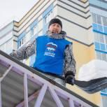 Волонтеры очистили от снега беседки в кемеровском детском саду