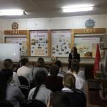 Литневская передала в школьную библиотеку сборник сочинений «Из поколения в поколение: вечная слава Героям»