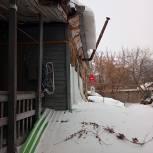 Жителям Самарского района помогли очистить кровлю от снега