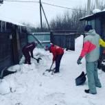 Кузбасские молодогвардейцы помогли ветеранам труда  убрать снег