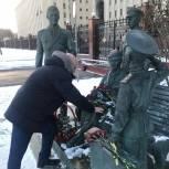 Андрей Красов возложил цветы к памятнику героям фильма «Офицеры»