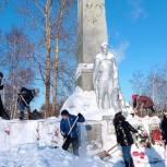 В Лузском районе волонтеры расчистили от снега территорию у памятника воинам-землякам