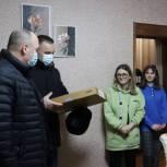 Многодетным семьям Орловской области и Приморья передали планшеты для учебы школьников