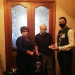 Ветерану вручили мобильный телефон и подарки от депутата облдумы