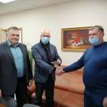 Депутат передал топливную карту для персонала больницы в Заводском районе