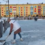 Активисты «Единой России» помогли расчистить от снега и залить хоккейную коробку