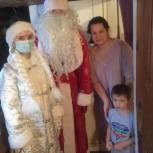 К тысячам мальчишек и девчонок заглянули Дед Мороз и Снегурочка
