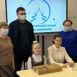 Артем Никитин подарил кораблинским школьницам ноутбук и смартфон