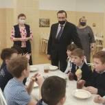 Партийцы Лобни проверили качество питания в школе №10