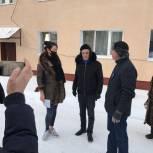 Одинцовские депутаты обсудили с жителями ремонт жилого дома в Голицыно