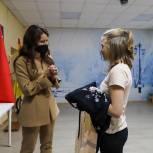 Домодедовские единороссы вручили подарки девочке из социально-реабилитационного центра в рамках «Елки желаний»