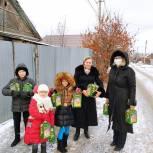 Медицинские работники и многодетные семьи Ленинского района получили подарки и поздравления от Волонтерского центра