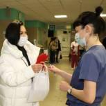 Волонтеры доставляют лекарства и помогают медикам
