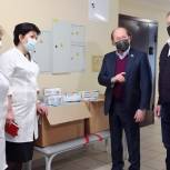 Владимир Кононов передал средства индивидуальной защиты королевским медикам, работающим в «красной зоне»