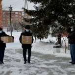 Тюменские единороссы поздравили медработников моногоспиталя с новогодними праздниками