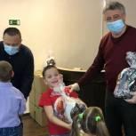 Председатель совета сторонников Виктор Бабенко навестил детей из социального центра в Карпинске