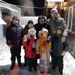Волонтеры навестили семьи из Успенки, в которых воспитываются 8 приемных детей