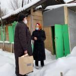 Волонтеры помогли пенсионерке очистить двор от снега, а депутат Госдумы передала продуктовый набор