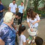 Юлия Литневская помогла установить в одном из дворов Заводского района Саратова новую детскую площадку