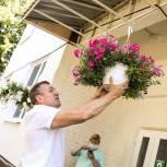 Единороссы Солнечногорска украсили цветами пансионат для пожилых людей и инвалидов «Вера»