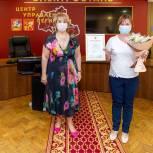 Электростальские партийцы поздравили сотрудников почты с праздником