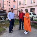 Жители многоквартирного дома обратились к депутату с просьбой помочь облагородить дворовую территорию