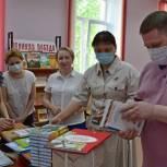 «Единая Россия» пополнила библиотечный фонд сыктывкарской школы для детей с ОВЗ