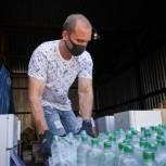 Медикам и пациентам «красной зоны» добровольцы в регионах передали воду и продукты