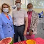 Партийцы привезли арбузы для участников донорской акции в Долгопрудном