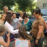 Юлия Литневская обсудила с жителями Заводского района обновление детской площадки в их дворе