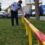 Активист Единого волонтерского штаба Сергей Кольцов помог отгородить детскую площадку от проезжей части