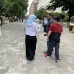 Чеченские молодогвардейцы раздали жителям региона буклеты с информацией о вакцинах против коронавируса