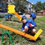 В Кусе бригада добровольцев и волонтеров помогают делать детские площадки ярче