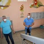Единороссы Балашихи проконтролировали замену окон в подъезде многоквартирного дома
