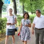 Парламентарии помогают волонтерам в работе с маломобильными представителями старшего поколения
