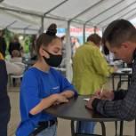 Волонтеры продолжают оказывать помощь медикам в организации работы мобильных пунктов вакцинации от COVID-19